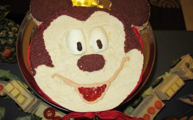 """Η φημισμένη μας πλέον """"αλμυρή τούρτα"""" από σαντουϊτσάκια με τη φιγούρα του Mickey"""